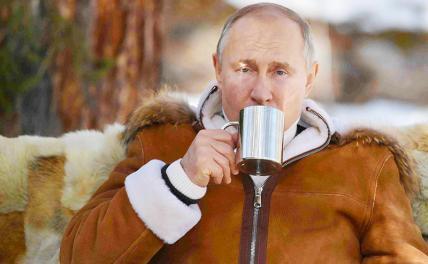 На фото: президент России Владимир Путин во время отдыха в тайге в Сибирском федеральном округе.