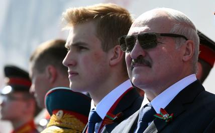 На фото: президент Белоруссии Александр Лукашенко (в центре) и его сын Николай (слева)