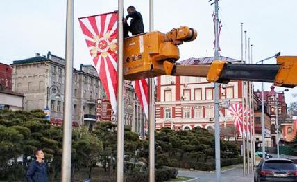 Поздравили с Днем победы, вывесив вражеские знамена
