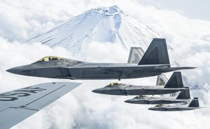 На фото: истребители пятого поколения F-22 Raptor