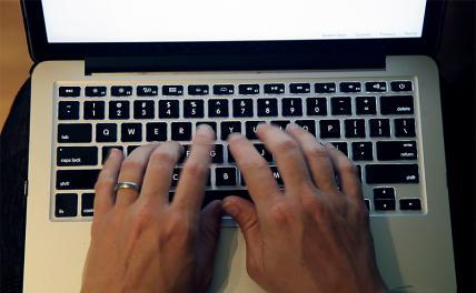Политологи— Пескову: Пока руки заняты клавиатурой, они не возьмутся за булыжник