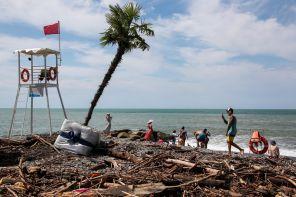 Аномальные дожди, отдыхающие и 700 тонн мусора, штормовое предупреждение: Ситуация в Сочи