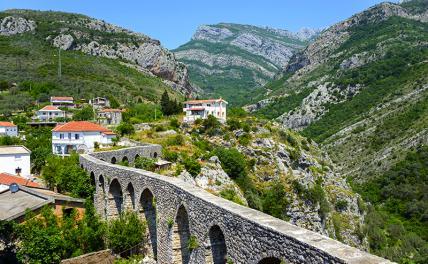 На фото: акведук в историческом поселении, Старый Бар, Черногория.