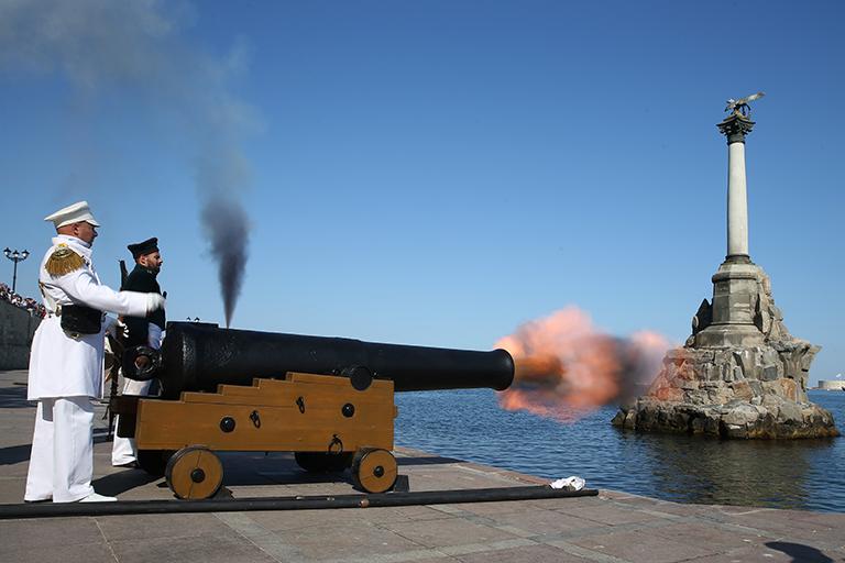 На фото: праздничный залп из пушки перед началом военно-морского парада в честь Дня ВМФ России.