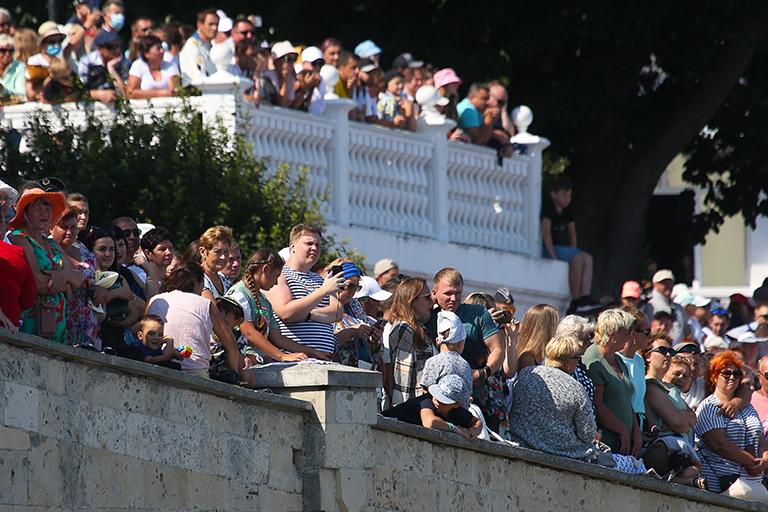 На фото: зрители во время военно-морского парада в честь Дня ВМФ России.