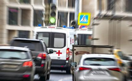 Автобус с пассажирами врезался в столб возле здания МГУ