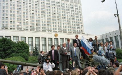 На фото: защитники демократии у здания Верховного Совета РСФСР, август 1991