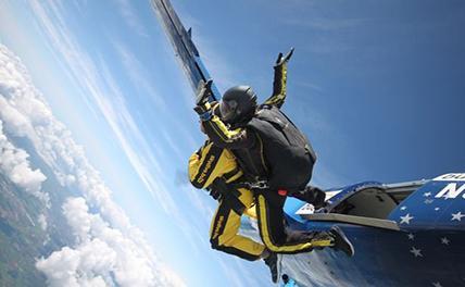 В Великобритании 101-летний ветеран прыгнул с парашютом