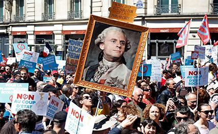В Париже тысячи человек вышли на улицы против политики Макрона
