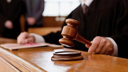 В английском суде подсудимый перерезал себе горло