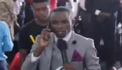 В сети обсуждают видео, в котором пастор «звонит» богу