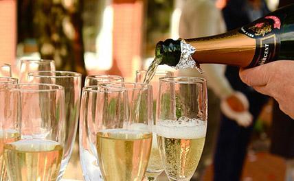 Шампанское могут начать продавать в Новый год круглосуточно