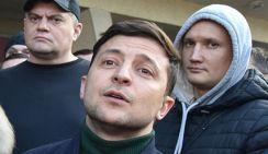 На Зеленского высыпали белый порошок и обвинили в наркомании. Видео