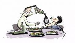 За такое поведение за столом в Китае могут привлечь к ответственности