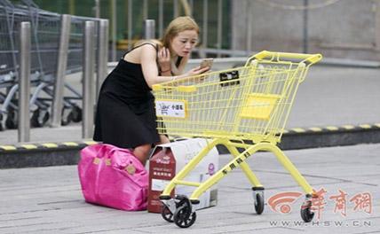 В супермаркете города Сиань появились тележки общего пользования