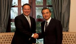 Президент Панамы встретился с Ван И