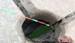 Китайцы удят рыбу через отверстие в бетонном мосту