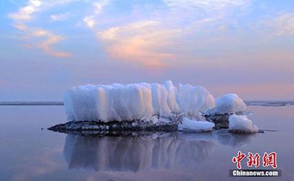На самом большом озере еще не сошел лед