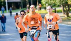 Слепой бегун из Китая впервые успешно завершил супермарафон на 100 км