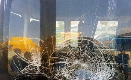 В Абхазии автобус с российскими туристами из Сочи закидали камнями