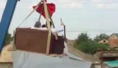 Шокирующее видео: в Дагестане автокран на стреле катал чету молодоженов с ребенком 0